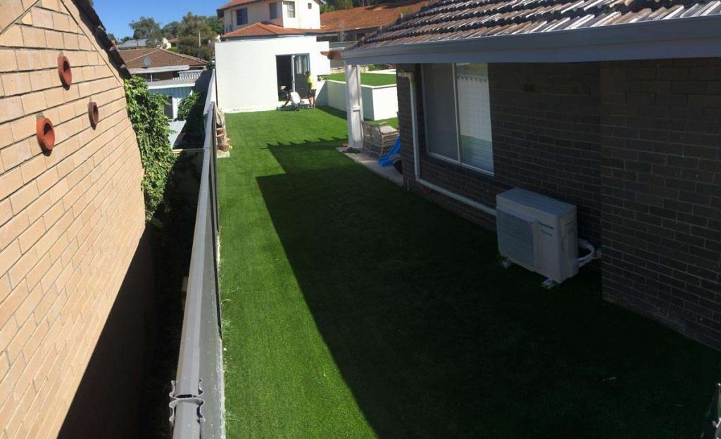 artificial-grass-down-side-of-house